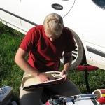 David puhdistaa Genesiksen moottorikoppaa lentopäivän jälkeen